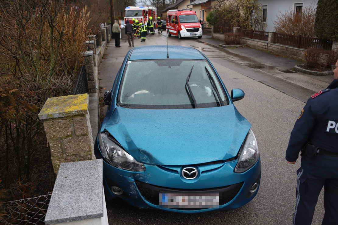 Autolenkerin touchiert in Weißkirchen an der Traun parkenden PKW, Betonring und Gartenzaun
