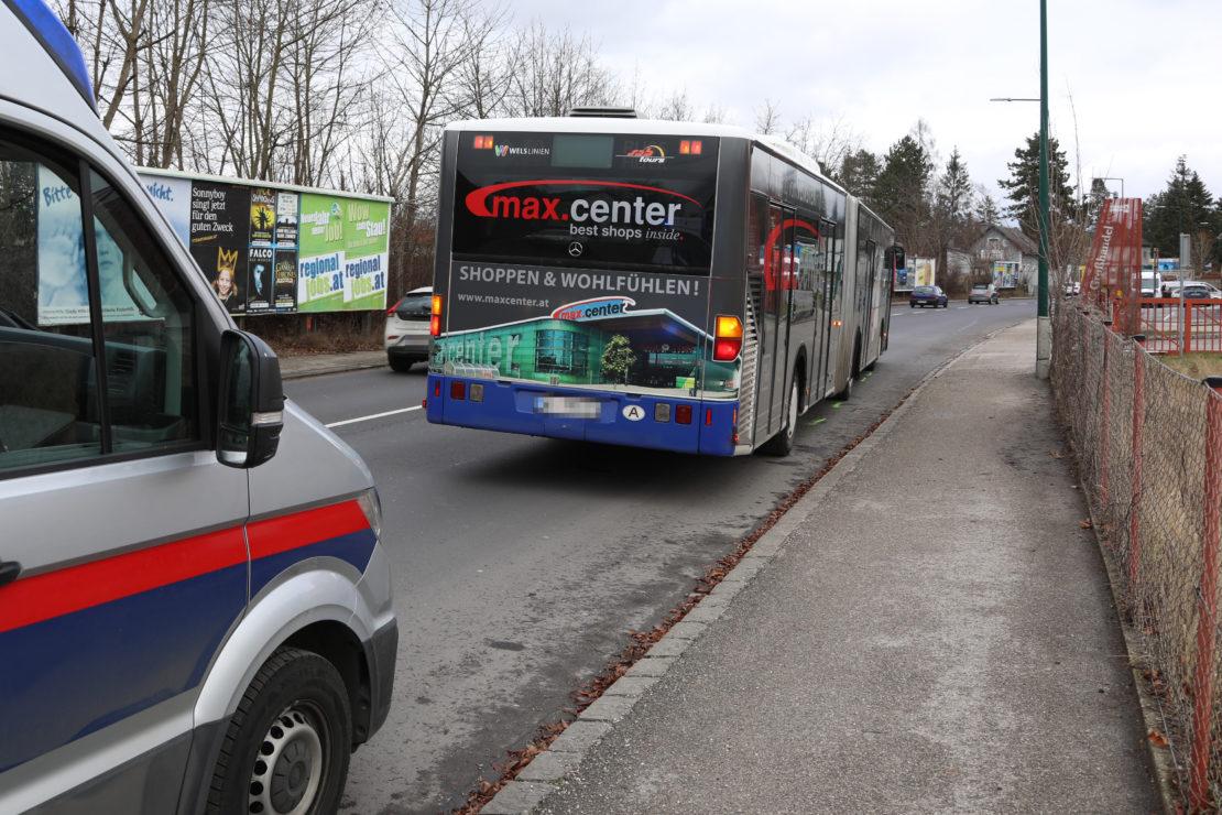 Vier Verletzte bei Verkehrsunfall mit Linienbus in Wels-Pernau