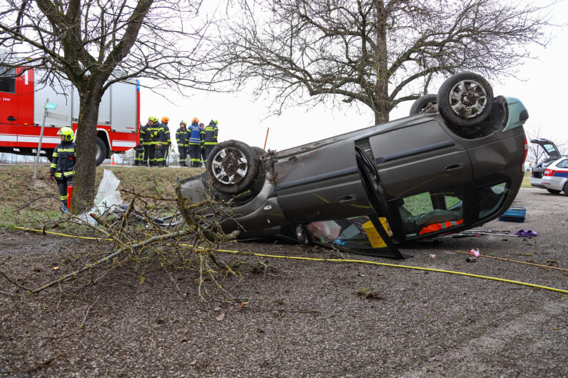 Menschenrettung: Auto bei Verkehrsunfall in Weißkirchen an der Traun überschlagen