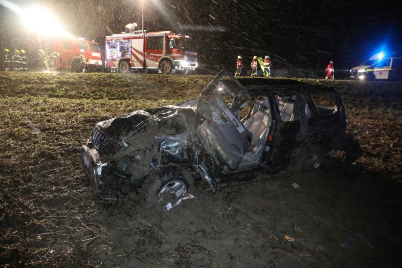 Menschenrettung nach Verkehrsunfall mit mehrfachen Autoüberschlag in Pichl bei Wels