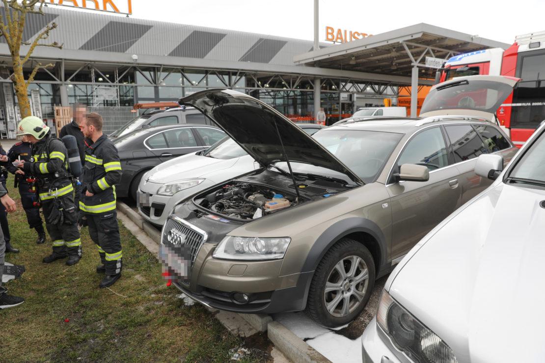 Kleinbrand im Motorraum eines Autos in Wels-Waidhausen vor Eintreffen der Feuerwehr gelöscht