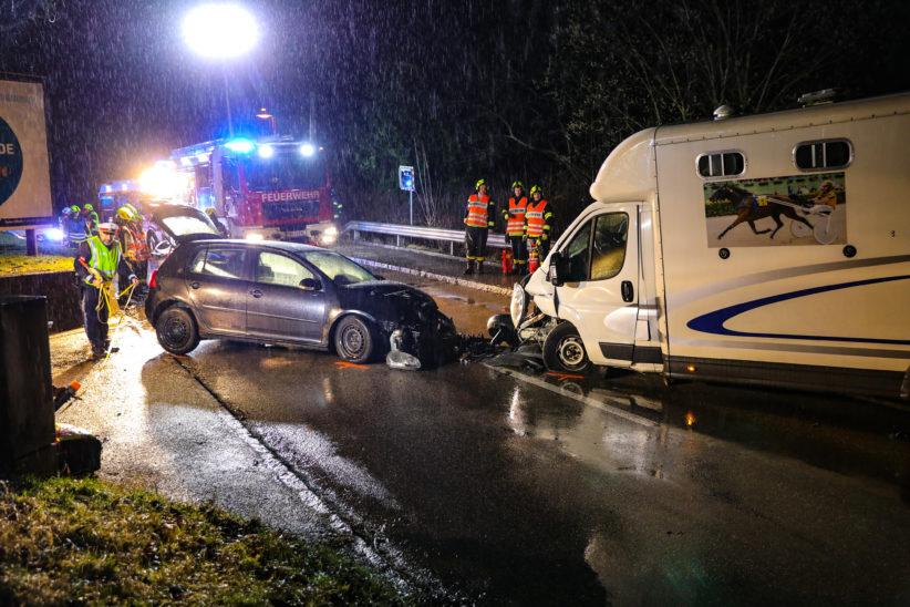 Kollision zwischen Auto und Pferdetransporter in Schleißheim fordert fünf Verletzte
