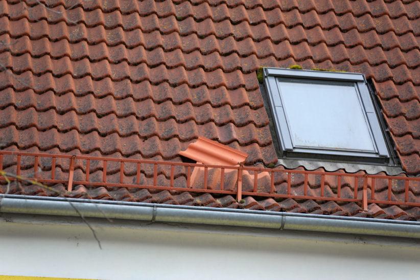 Einsatz der Feuerwehr aufgrund loser Dachziegel in Wels-Innenstadt
