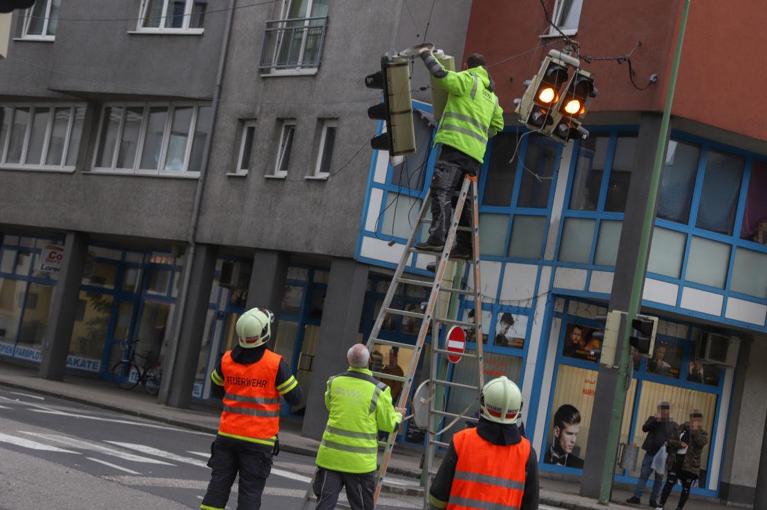 Verkehrsampel in Wels-Innenstadt durch LKW heruntergerissen und schwer beschädigt