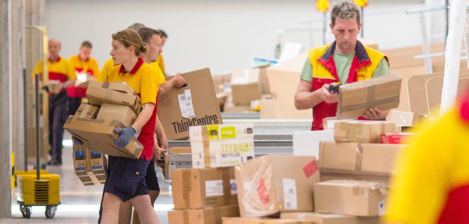 Postzustellung normal: Pakete werden vor Tür gelegt