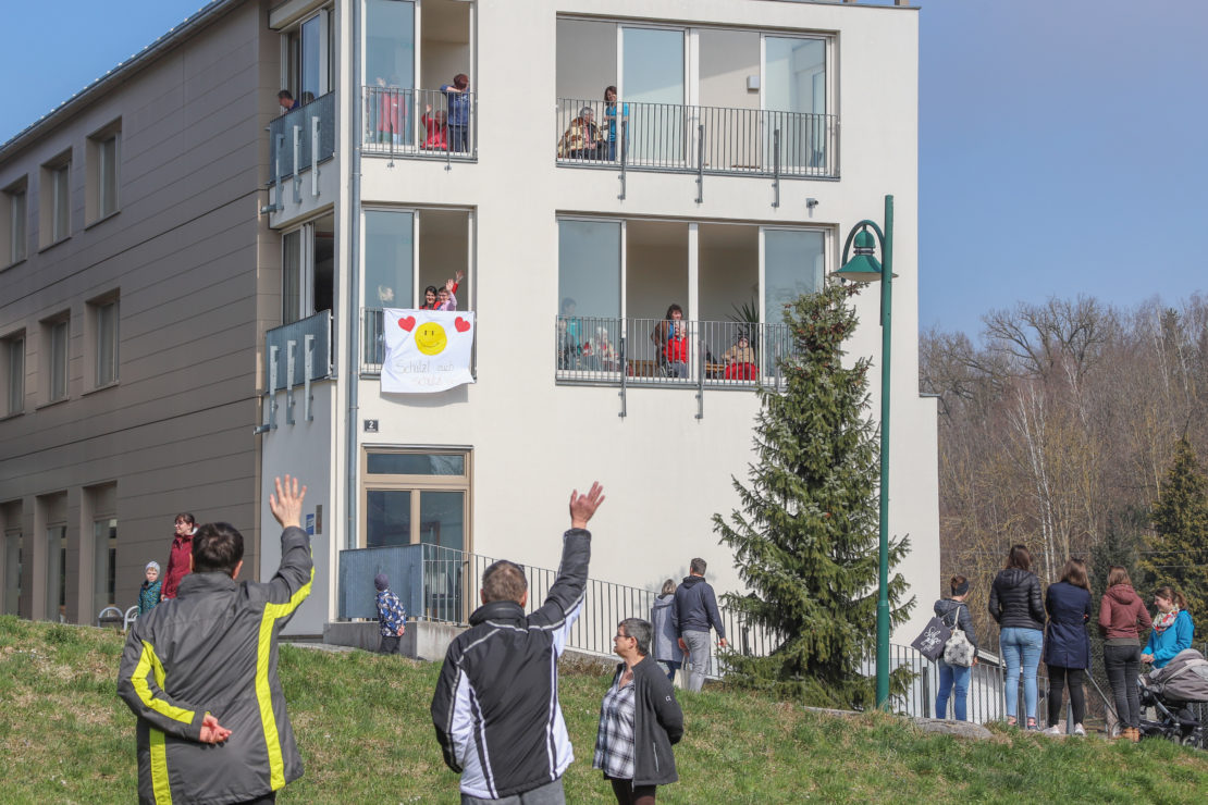 Berührendes Winken von den Balkonen des Alten- und Pflegeheims in Eberstalzell gegen Coronakrise