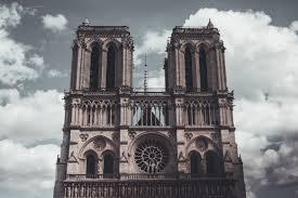 Steine von Notre-Dame bei Dieben begehrt