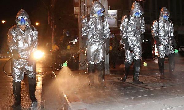Soldaten desinfizieren Bangkoks Straßen