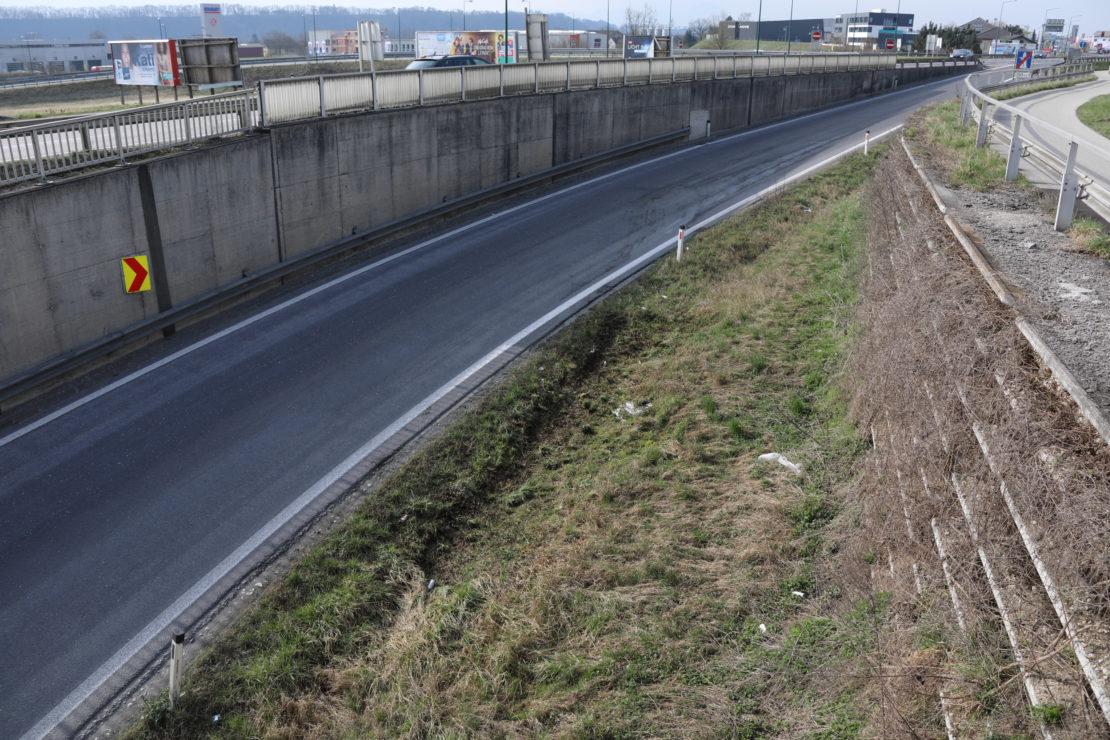 Flurbrand im Bereich der Autobahnabfahrt in Wels-Waidhausen
