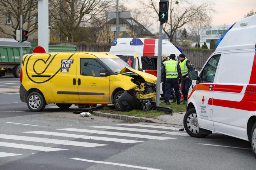 Kreuzungscrash zwischen Postauto und PKW in Wels-Pernau fordert zwei Leichtverletzte