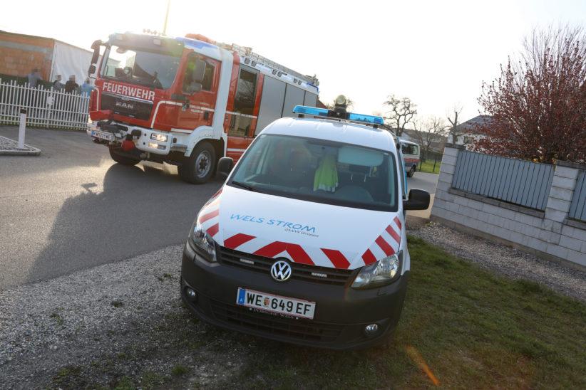 Feuerwehr und Energieversorgungsunternehmen bei Kabelbrand in Wels-Pernau im Einsatz