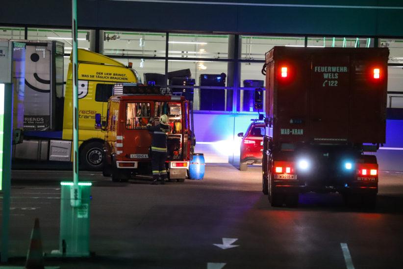 Einsatz der Feuerwehr bei verunfalltem Stapler in einem Logistiklager in Wels-Pernau