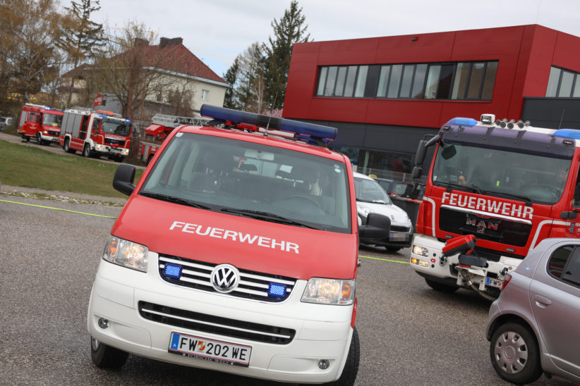 Brandverdacht in einem Mehrparteienwohnhaus in Wels-Pernau