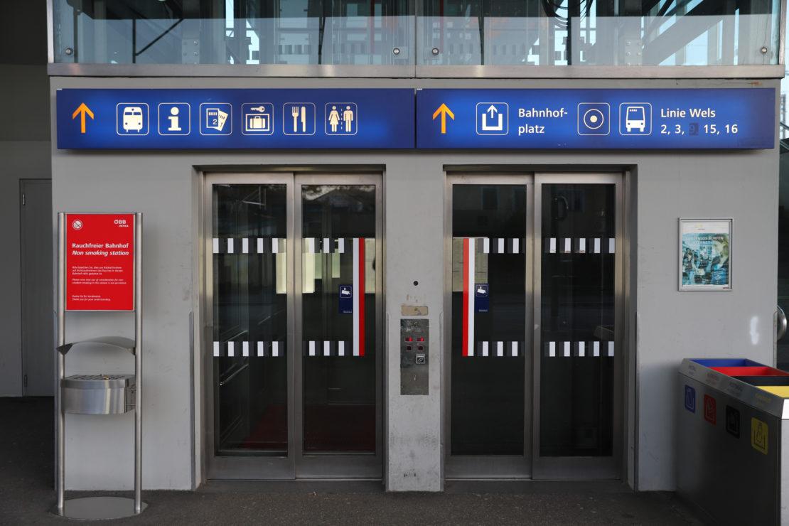 Untersuchung auf Covid-19: Reinigungsfrau in einem Lift am Welser Bahnhof von Mann bespuckt
