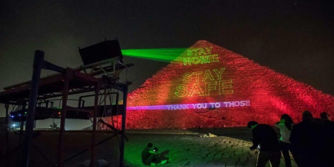 Große Pyramide in Gizeh mit Slogans erleuchtet