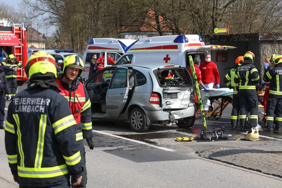 Schwerer Verkehrsunfall auf Gmundener Straße in Lambach fordert drei Verletzte