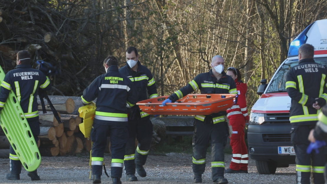 Personenrettung: Feuerwehr und Rettungsdienst versorgten verletzten Spaziergänger in Wels-Oberthan