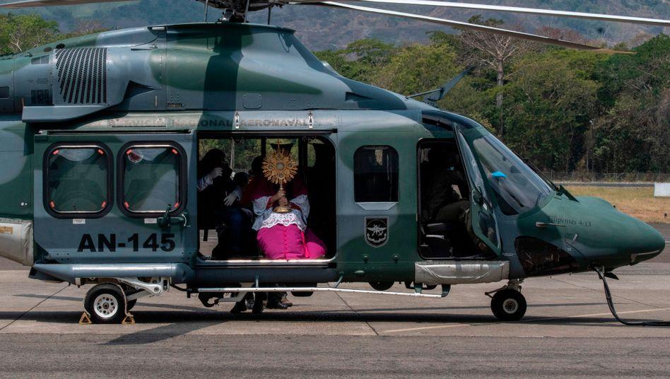 Bischof spendete in Panama Segen von Hubschrauber aus