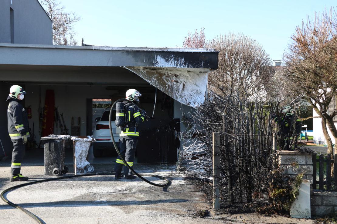 Nachbar setzt beim Unkrautverbrennen versehentlich Thujenhecke und Garagenfassade in Wels-Vogelweide in Brand