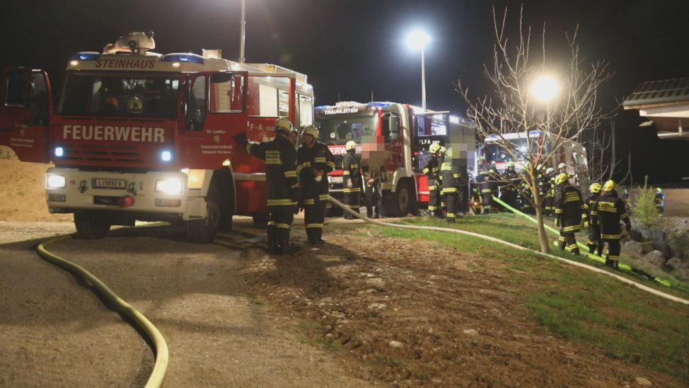 Großeinsatz bei Brand im Wirtschaftstrakt eines Bauernhofes in Steinhaus
