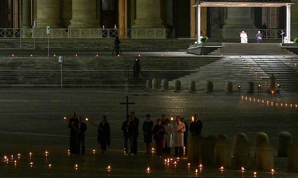 Papst betet Kreuzweg auf menschenleerem Petersplatz