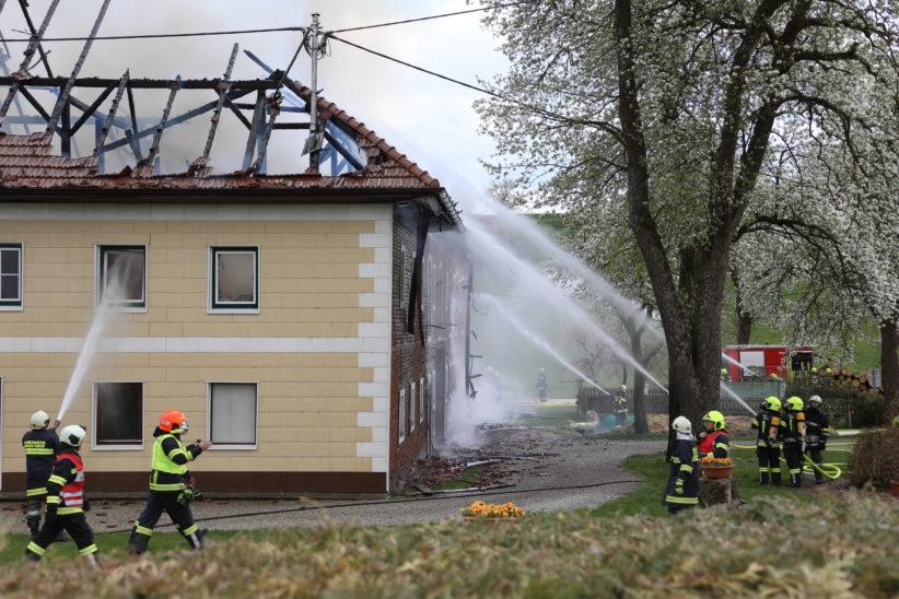 Großbrand auf Bauernhof in Offenhausen - 16 Feuerwehren im Einsatz