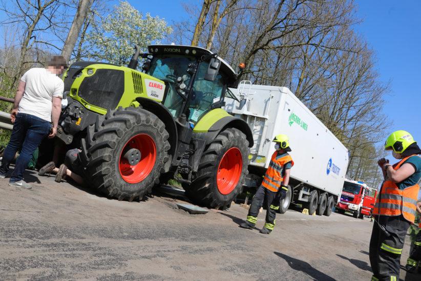 Umfangreicher Einsatz: Größerer Ölaustritt aus defektem Traktor in Sattledt