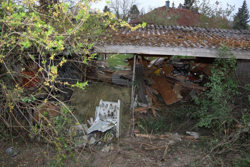 Alkoholisierte Autolenker krachen in Edt bei Lambach nacheinander in Stromverteiler und Gartenhütte