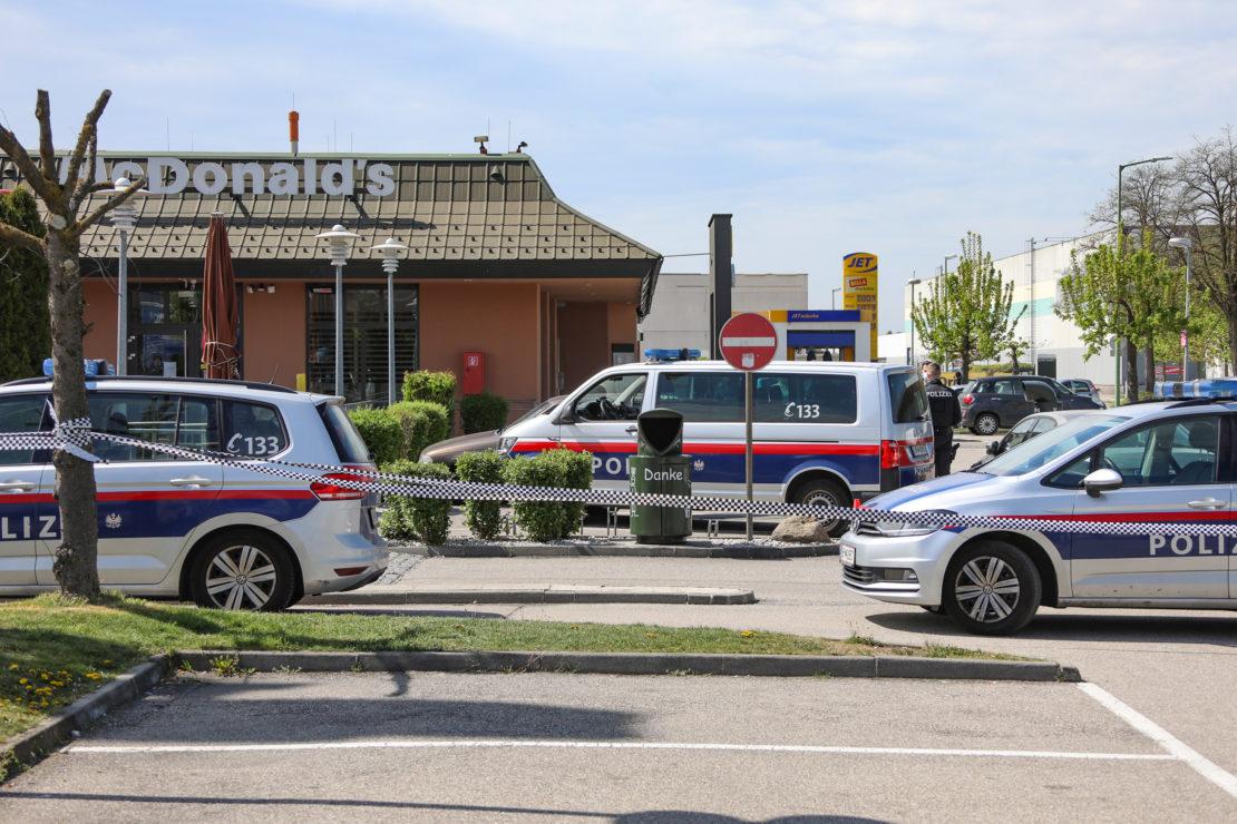 Schwache Nerven: Körperverletzung bei Streit sowie Festnahme vor Drive-In-Lokal in Wels-Pernau