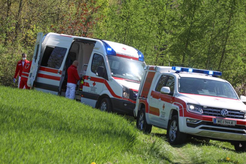 Einsatz bei Personenrettung aus unwegsamem Gelände nach internem Notfall in Wels-Waidhausen