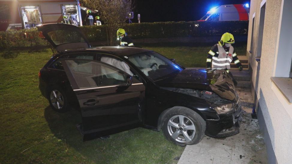 Auto landet bei Verkehrsunfall in Sipbachzell im Garten eines Hauses
