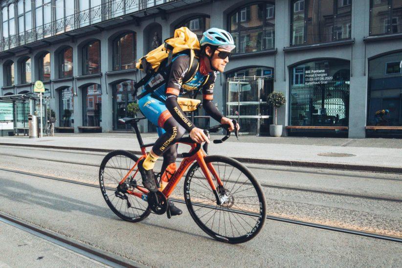 """Der schnellste Fahrradkurier Österreichs - Felbermayr-Radprofi Stephan Rabitsch ist während der Corona-Krise als Radkurier für Veloblitz im Einsatz"""""""