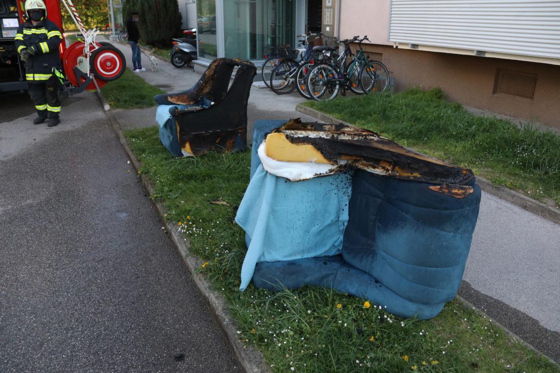 Zimmerbrand in einem Mehrparteienwohnhaus in Thalheim bei Wels fordert zwei Verletzte