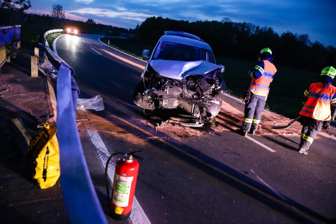 Auto kracht bei einer Brücke in Marchtrenk frontal gegen Leitschiene
