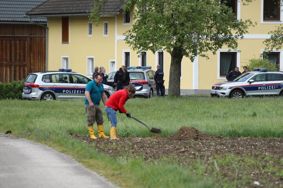 Polizeieinsatz: Teile einer Fliegerbombe in einem Feld in Fischlham gefunden