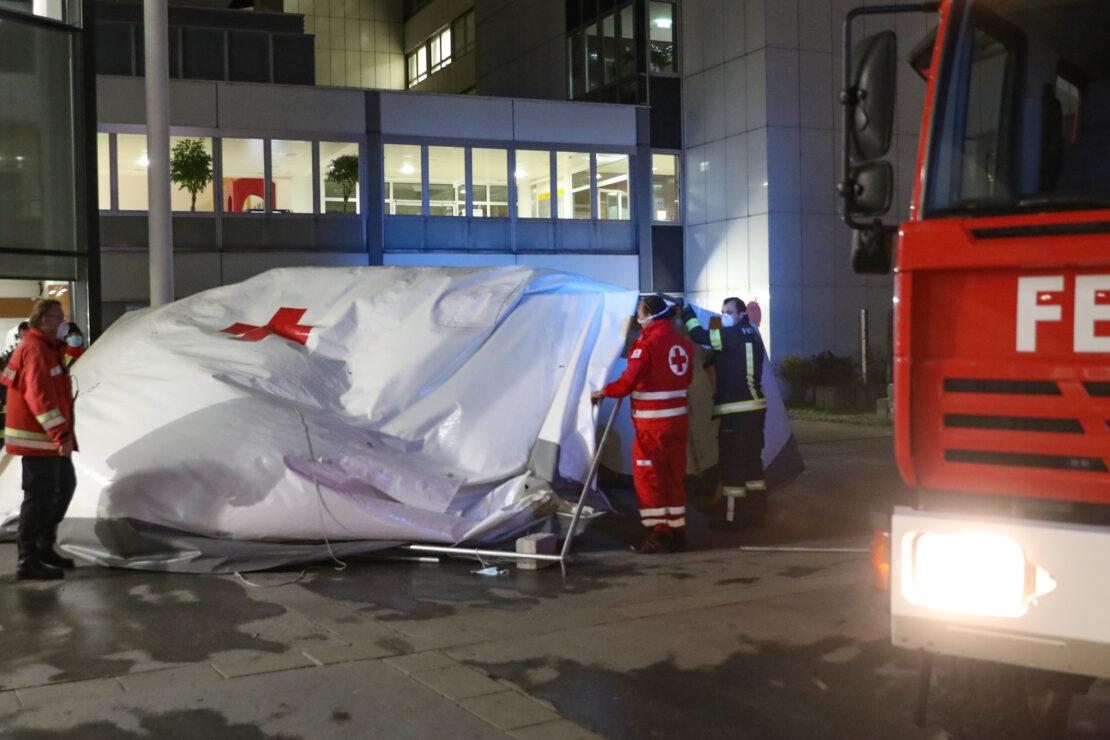Stürmischer Wetterumschwung demontiert Covid-19-Triagezelt vor Klinikum in Wels-Neustadt