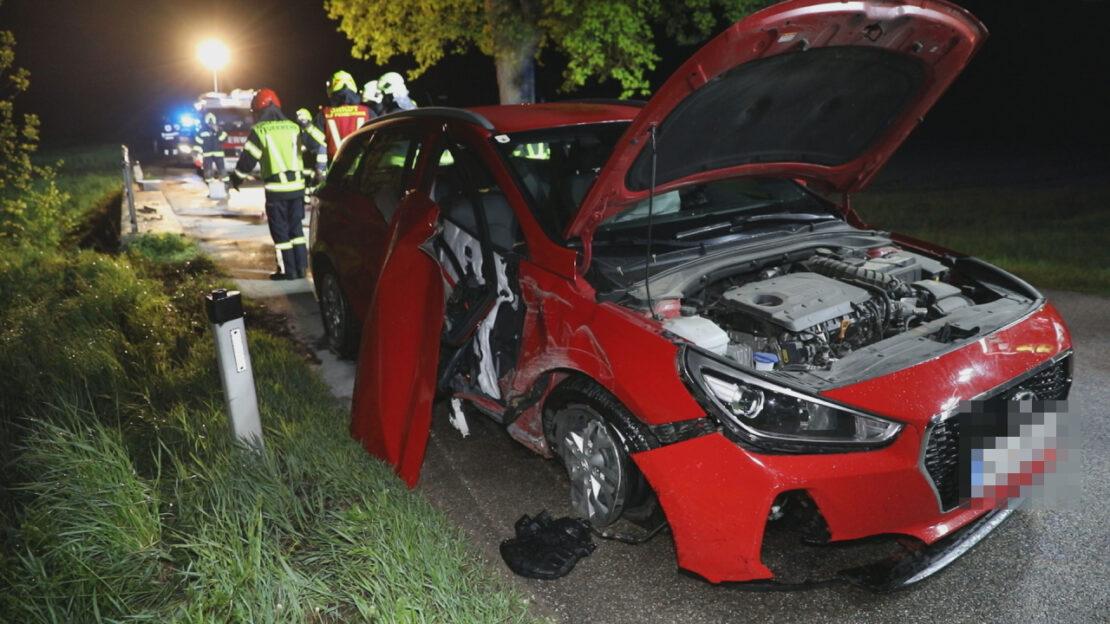 Auto kracht bei Unfall in Pennewang gegen Brückengeländer