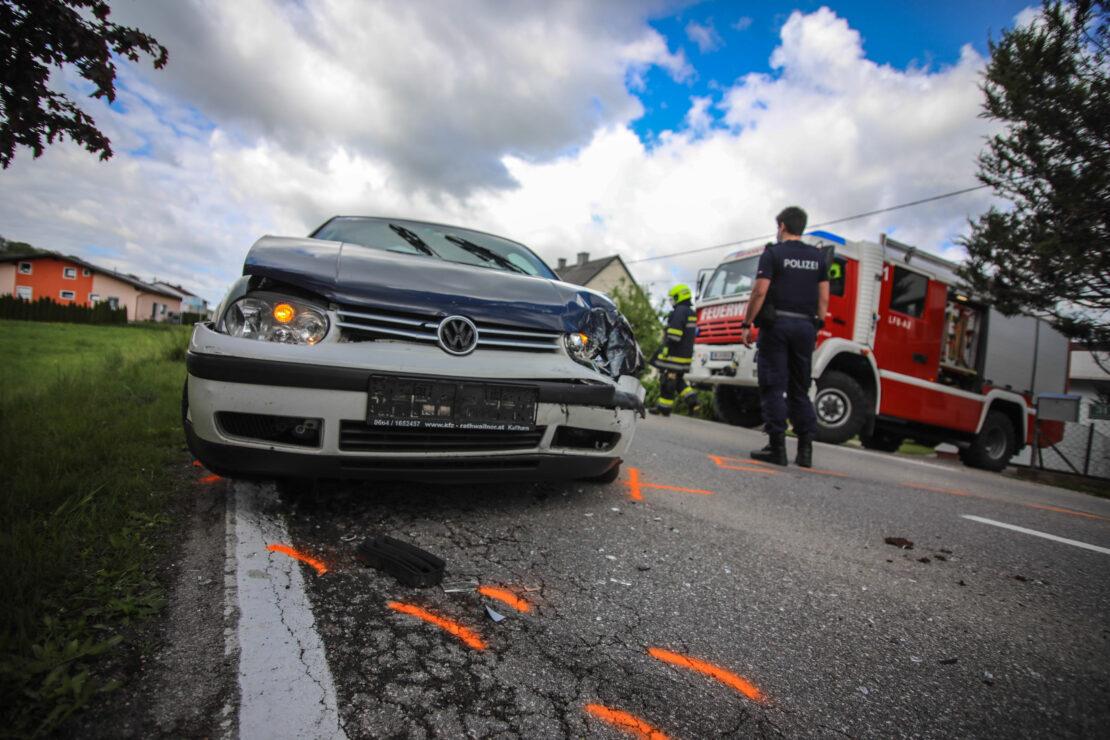 Verkehrsunfall mit drei beteiligten Autos in einem Kreuzungsbereich in Weißkirchen an der Traun