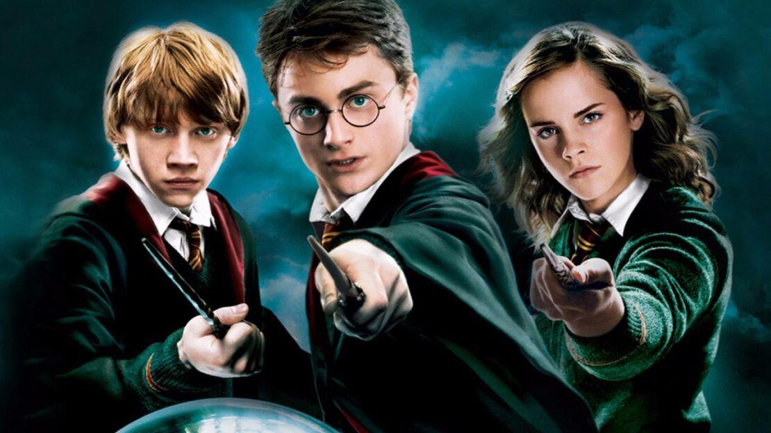 """Stars lesen für das Projekt """"Harry Potter at home"""" die Kultbücher"""