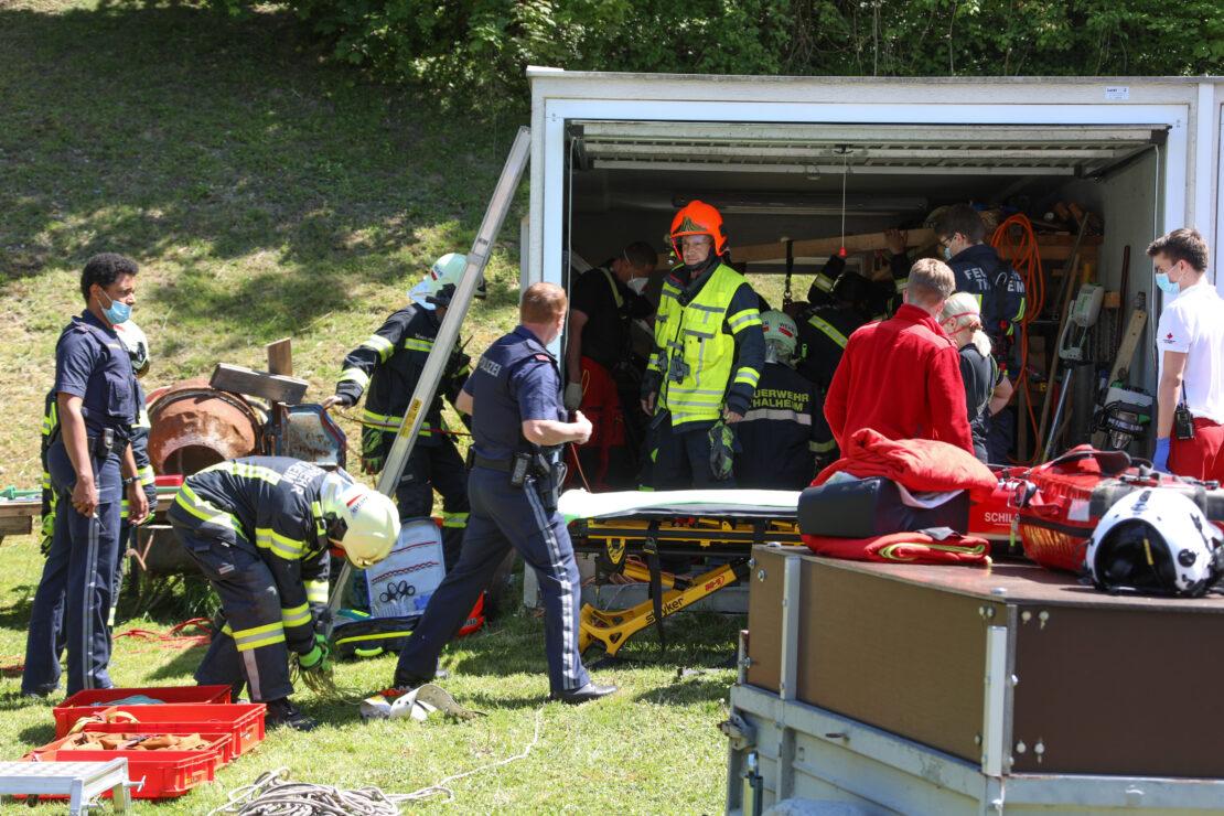 Personenrettung: Mann aus Schacht unter Garage in Thalheim bei Wels gerettet