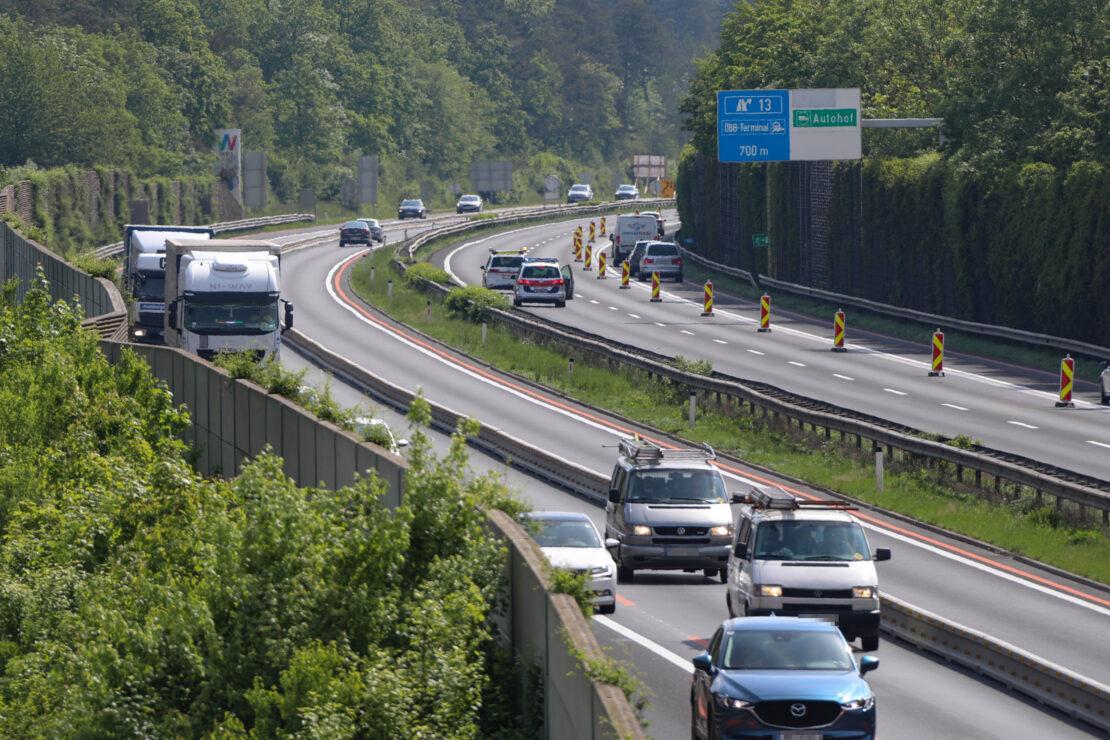 Entenfamilie auf Autobahn: Einsatz der Polizei auf der Welser Autobahn in Wels-Puchberg