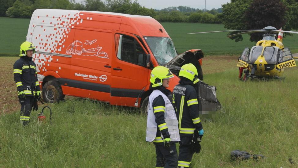 Kreuzungscrash zwischen Auto und Kleintransporter bei Sipbachzell fordert einen Schwerverletzten