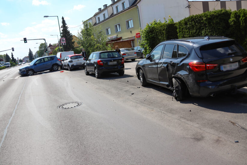 Blechsalat: Rasante Fahrt durch Wels-Lichtenegg endet mit fünf beschädigten Autos