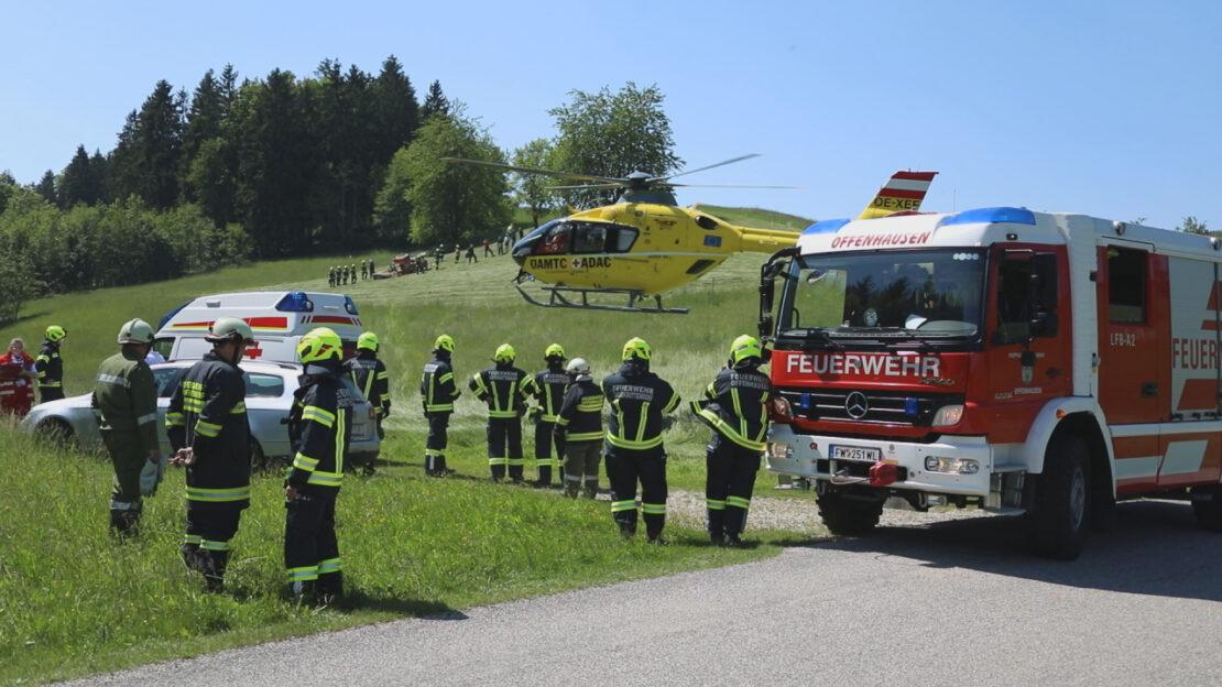 Schwerverletzter bei Traktorunfall auf einer Wiese in Pennewang