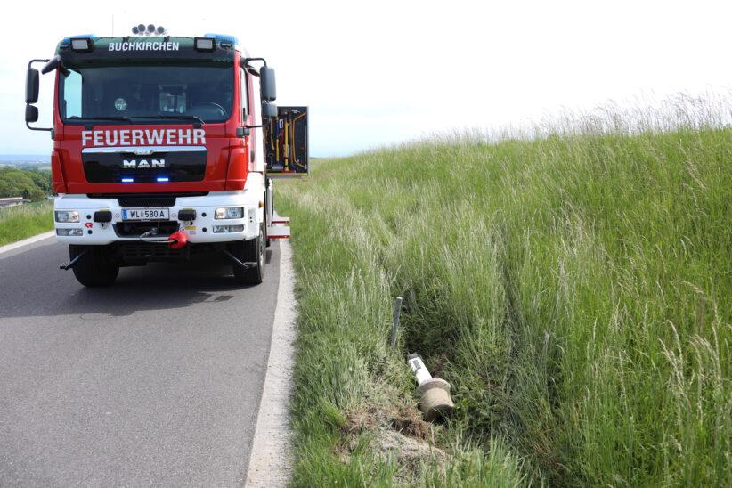 Nach Ausflug ins Grüne: Aufräumarbeiten durch die Feuerwehr bei Verkehrsunfall in Buchkirchen