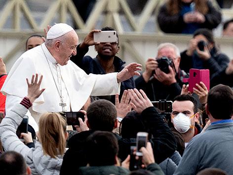 Papst begrüßte auf Petersplatz versammelte Pilger