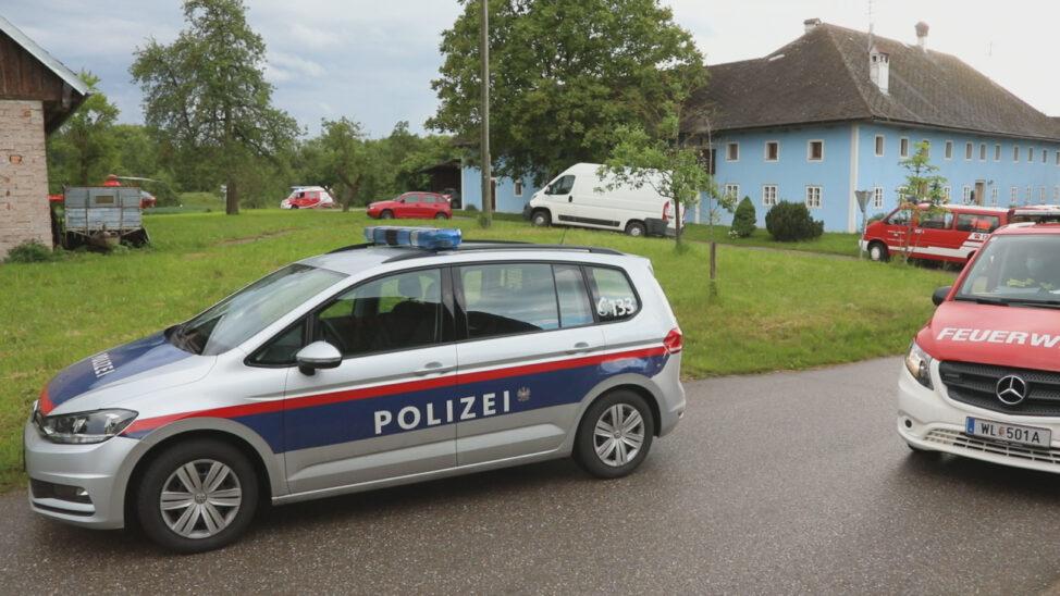 Person bei Abbrucharbeiten auf Bauernhof in Bad Wimsbach-Neydharting unter Mauerteil eingeklemmt
