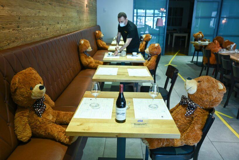 Teddybären sorgen in Restaurant für gebotenen Abstand