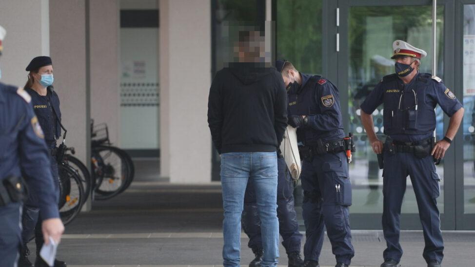 Amok-Drohung: Großeinsatz der Polizei bei Schule in Wels-Neustadt
