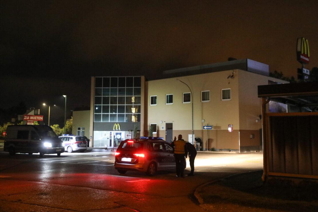 Nächtlicher Einsatz der Polizei bei Fast-Food-Restaurant in Wels-Pernau